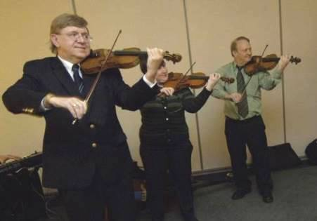 Violinists give Royal Strings founder Benteler a musical tribute